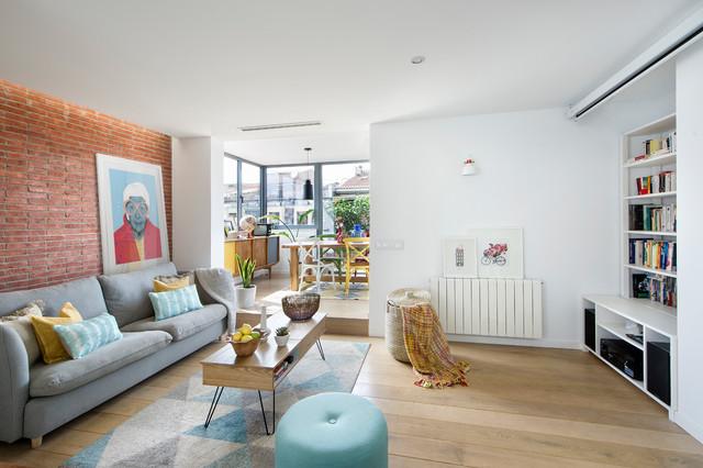Diseño de sala de estar abierta, nórdica, de tamaño medio, con paredes blancas, suelo de madera clara y suelo beige