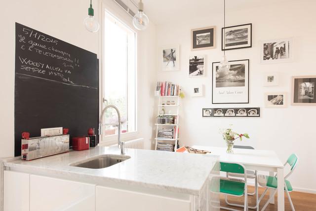 Ispirazione per una sala da pranzo aperta verso la cucina design con pareti bianche, pavimento in legno massello medio e pavimento marrone