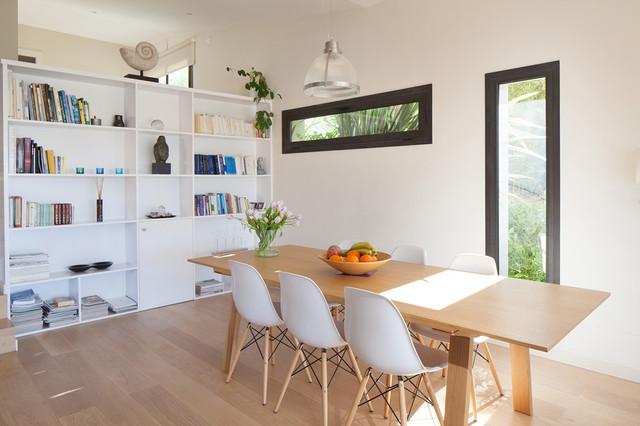 Idee per una grande sala da pranzo design con pareti bianche e parquet chiaro
