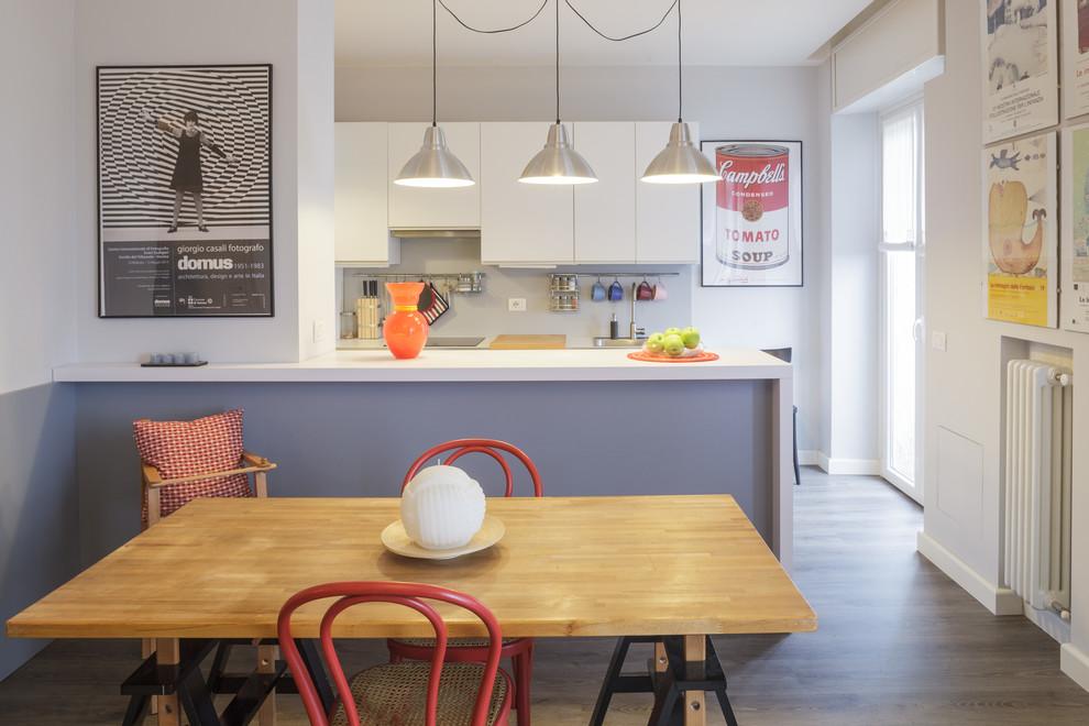 Ispirazione per una piccola sala da pranzo aperta verso la cucina minimal con pareti grigie, pavimento in laminato e pavimento grigio