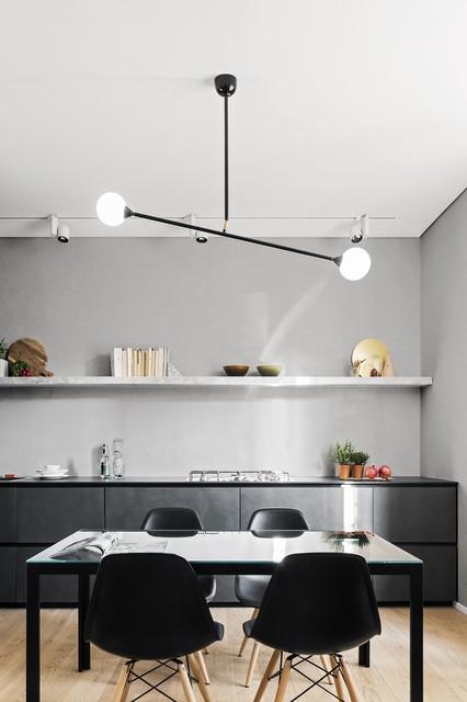 Ejemplo de comedor de cocina contemporáneo, de tamaño medio, con paredes grises y suelo de madera clara
