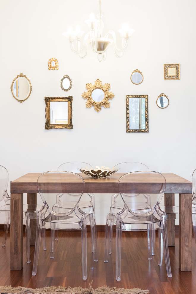 Immagine di una sala da pranzo contemporanea con pareti bianche e parquet scuro