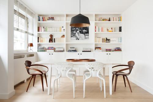 salle à manger contemporaine avec mélange de chaises modernes et ethniques