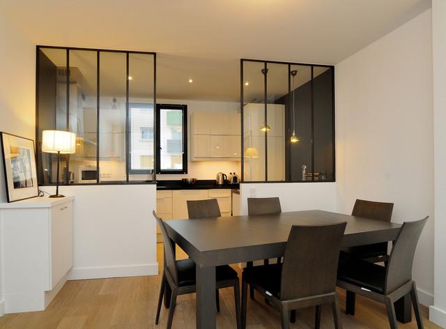 Idée de décoration pour une salle à manger ouverte sur la cuisine design de taille moyenne avec un mur blanc, un sol en bois brun et aucune cheminée.