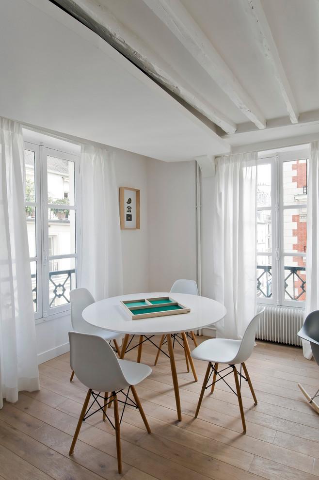 Inspiration pour une salle à manger ouverte sur le salon nordique de taille moyenne avec un mur beige et un sol en bois brun.