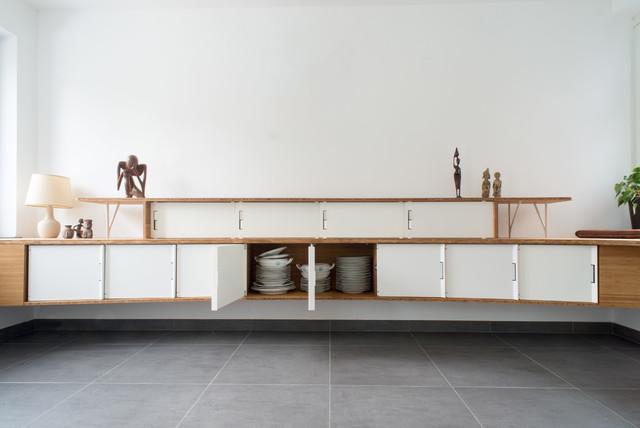 cette image montre une grande salle manger ouverte sur le salon minimaliste avec un mur