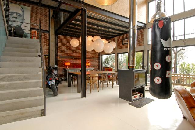 Создайте стильный интерьер: большая гостиная-столовая в стиле лофт с красными стенами - последний тренд