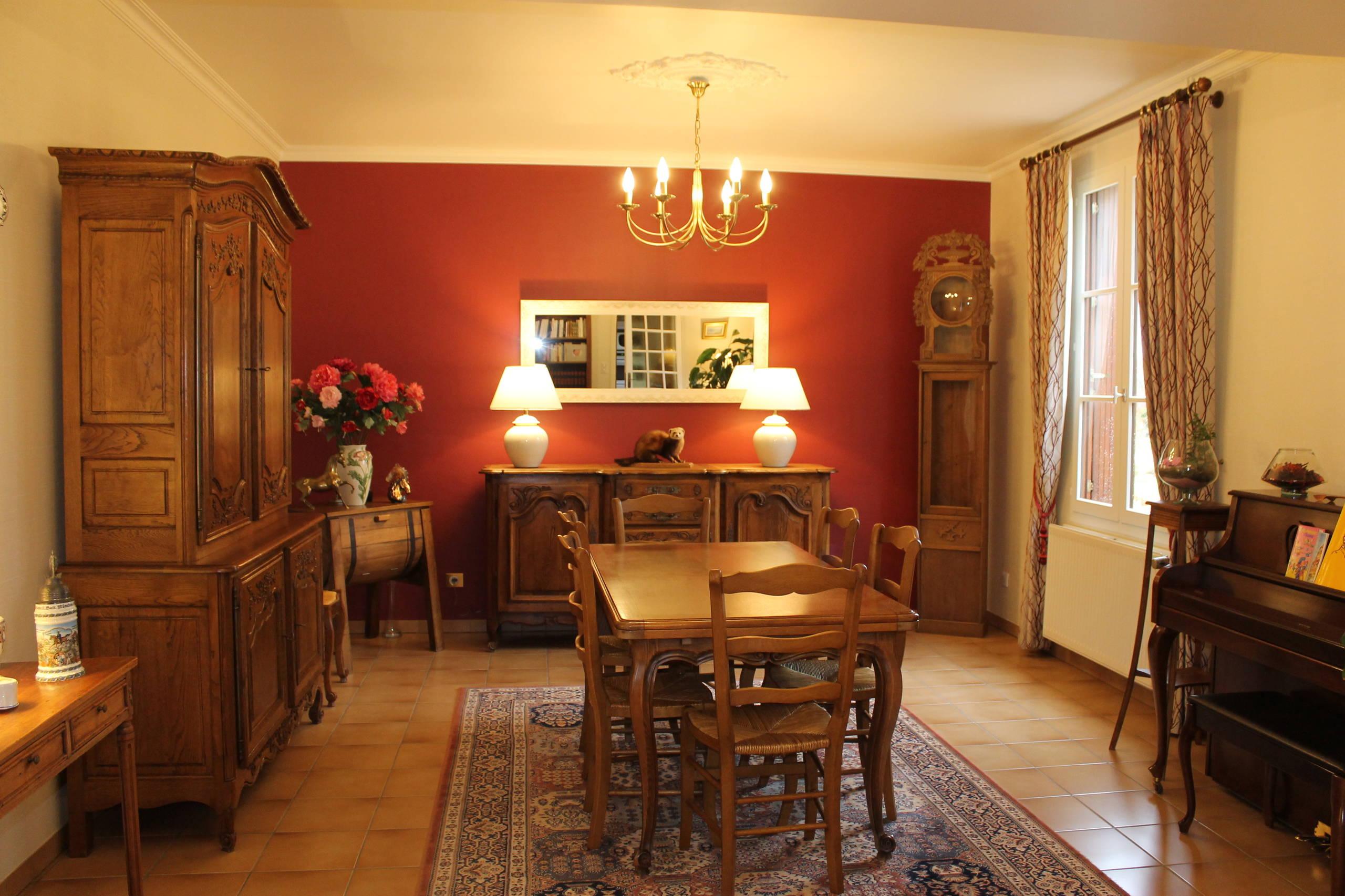 Rénovation d'une salle à manger classique sur mur lie de vin