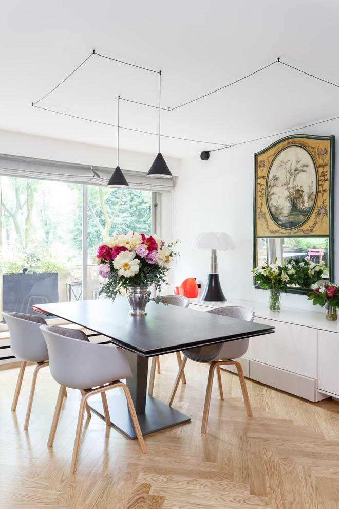Aménagement d'une petit salle à manger ouverte sur le salon scandinave avec un mur blanc, un sol en bois clair, aucune cheminée et un sol beige.