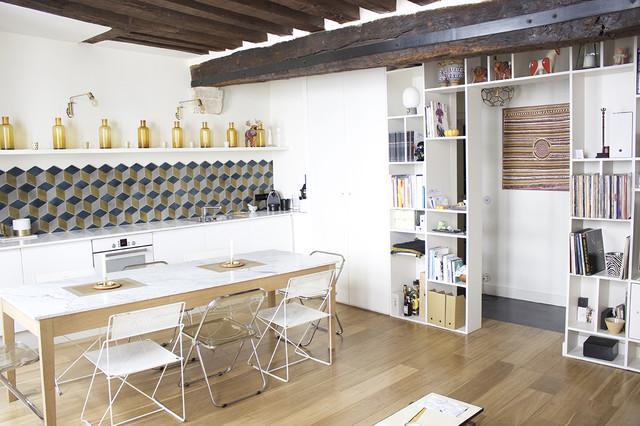 Réalisation d'une grande salle à manger ouverte sur la cuisine bohème avec un sol en bois clair, un mur blanc, aucune cheminée et un sol marron.
