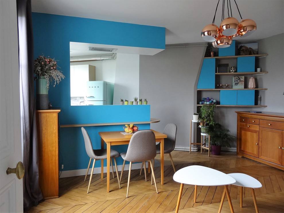 Photo of a medium sized scandinavian dining room in Paris with grey walls, light hardwood flooring and brown floors.