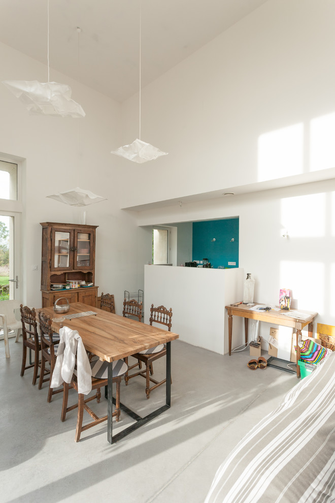 Great room - mid-sized contemporary concrete floor great room idea in Dijon with white walls