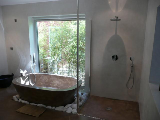 2011 salle de bain baignoire en b ton cir chaux sur murs de chambre modern bathroom. Black Bedroom Furniture Sets. Home Design Ideas