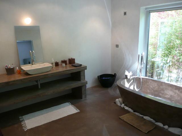 2011 salle de bain baignoire en bton cir chaux sur murs de chambre - Salle De Bain A La Chaux