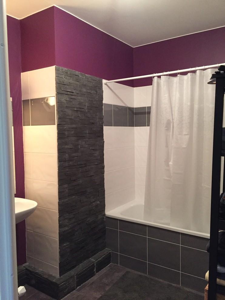 Foto de cuarto de baño clásico renovado con baldosas y/o azulejos grises, paredes rosas y suelo de cemento