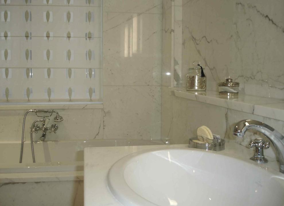 Cette image montre une salle de bain design.