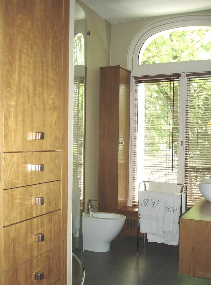 Inspiration pour une salle de bain traditionnelle de taille moyenne avec un placard à porte affleurante, des portes de placard en bois clair, une douche d'angle, un carrelage beige, des carreaux de céramique, un mur beige, un sol en carrelage de céramique, un lavabo posé, un plan de toilette en bois et un sol gris.