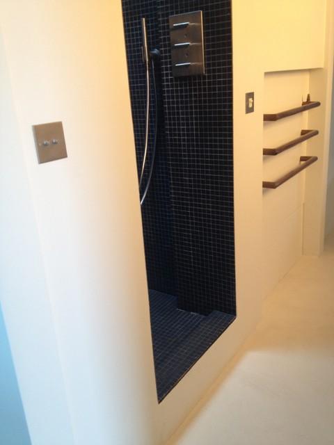 Aménagement d'une petite salle de bain contemporaine.