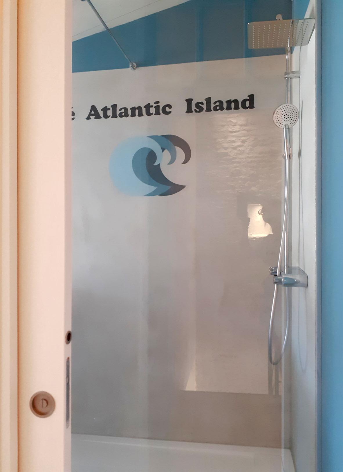 Béton teinté & décor  dans une douche