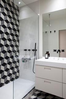 Salle de bain contemporaine avec un carrelage noir et blanc ...