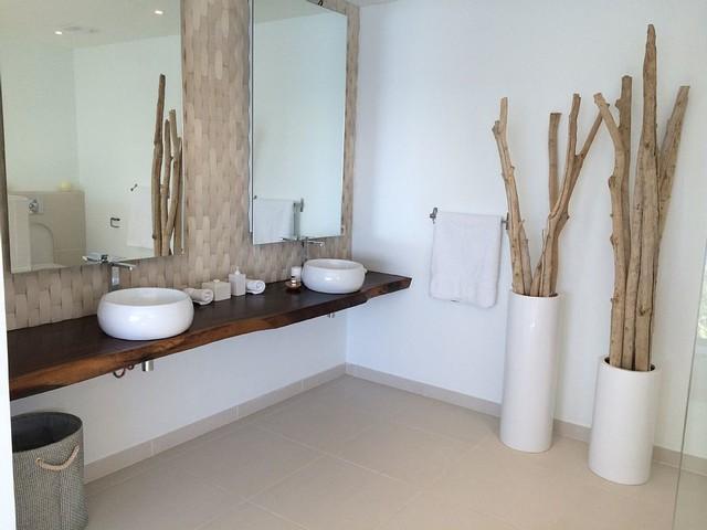 Bois flott en d coration dans une maison en bord de mer - Deco bord de mer salle de bain ...