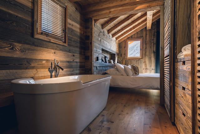 Cette photo montre une salle de bain montagne.