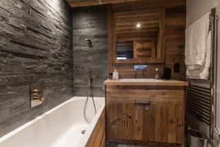 Salle de bain montagne avec un carrelage de pierre : Photos ...