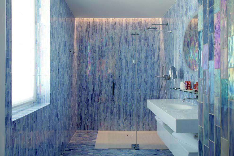 Cette photo montre une salle de bain principale tendance avec une douche à l'italienne, un WC séparé, un carrelage blanc, un carrelage bleu, un mur bleu, un lavabo intégré et aucune cabine.