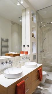 Salle de bain avec un sol en carrelage de terre cuite ...
