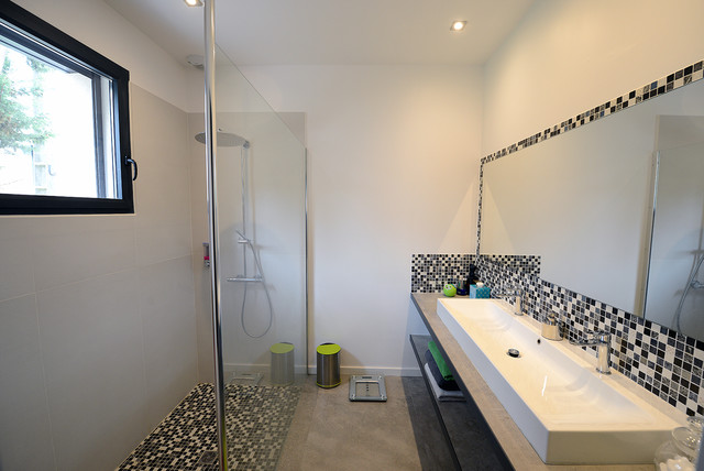 cr er ensemble contemporain salle de bain marseille par et pourquoi pas by john. Black Bedroom Furniture Sets. Home Design Ideas