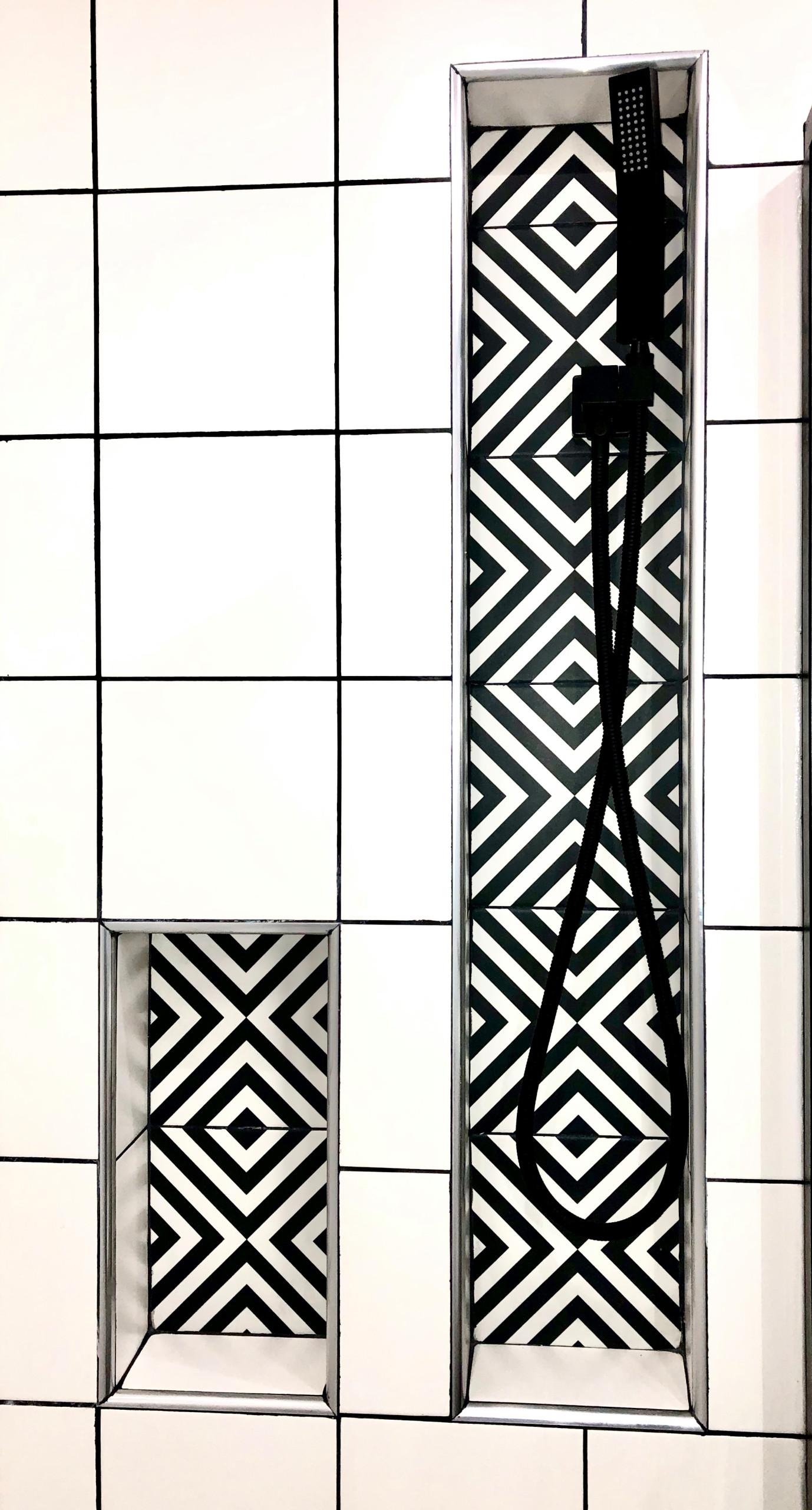 Deux niches graphiques au dessus de la baignoire