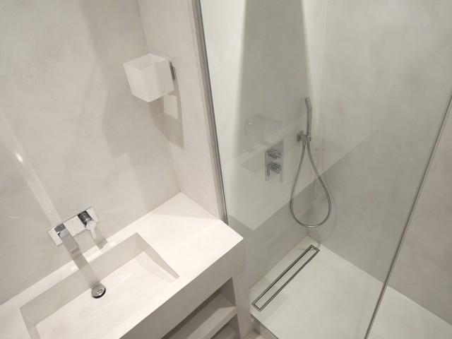 Douche à l\'italienne et grande vasque en béton ciré blanc ...