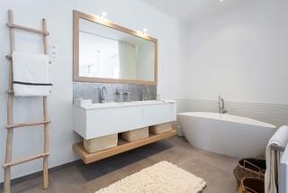 Salle de bain scandinave avec un sol en carrelage de ...