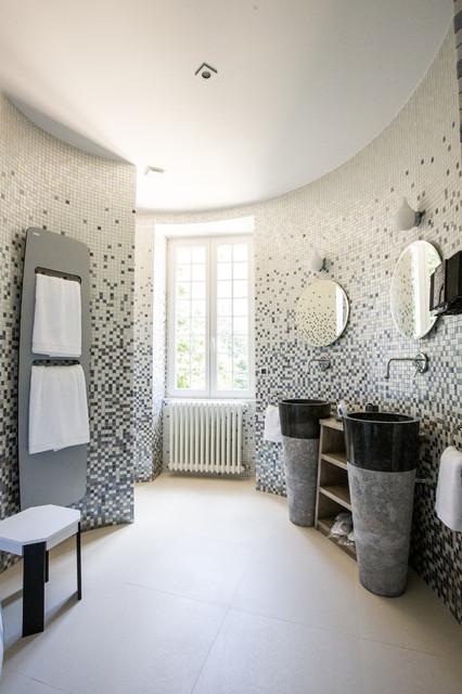 La salle de bain zen dans la tourelle du ch teau contemporain salle de bain strasbourg - Houzz salle de bain ...