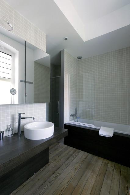 Inspiration pour une grande salle de bain principale design avec des portes de placard en bois sombre, une baignoire posée, un combiné douche/baignoire, un carrelage beige, des carreaux de céramique, un sol en bois brun, une vasque, un plan de toilette en bois et un plan de toilette noir.