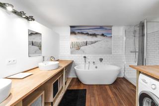 Salle de bain scandinave avec une baignoire indépendante ...