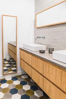 Salle de bain avec des portes de placard en bois brun et un ...
