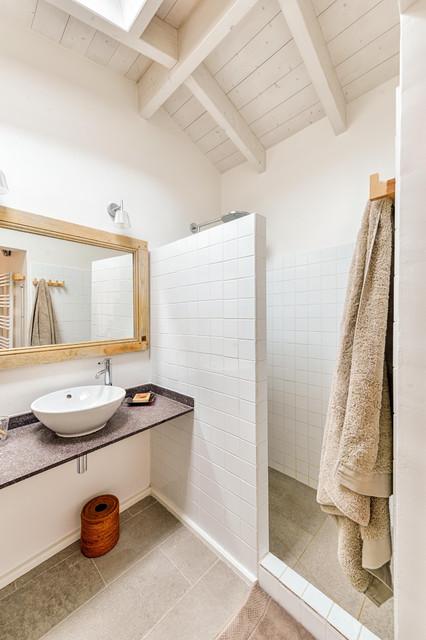 Maison de vacances bord de mer salle de bain paris par roberta becherucci cuisines et - Salle de bain bord de mer ...
