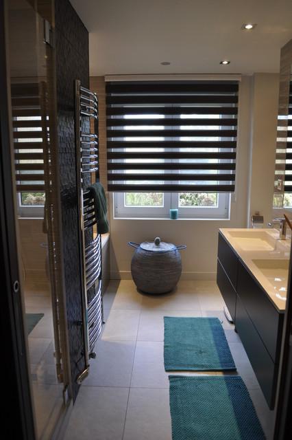Maison familiale contemporaine salle de bains for Salle de bain contemporaine