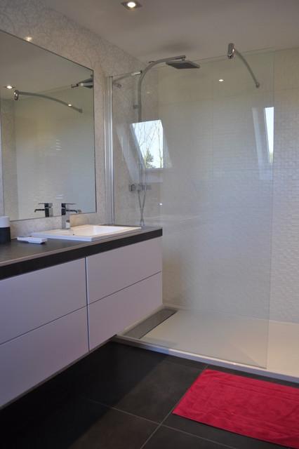 Maison familiale contemporaine salle de bains - Salle de bains contemporaine ...