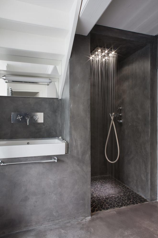 Réalisation d'une salle d'eau design de taille moyenne avec un mur gris, béton au sol, une douche à l'italienne et un lavabo suspendu.