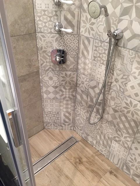Petite salle d\'eau avec style carreaux ciment - Mid-Century ...