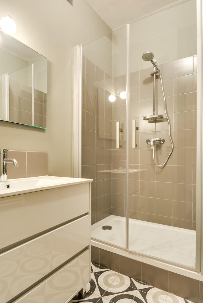 Idées déco pour une salle de bain contemporaine de taille moyenne avec un carrelage beige, des carreaux de céramique, un mur beige, un sol en carrelage de céramique, un lavabo intégré, un placard à porte plane et des portes de placard beiges.