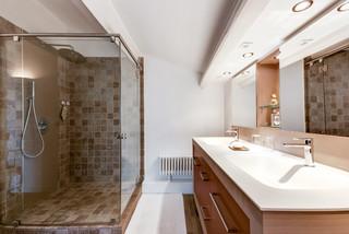 Salles de bains et WC contemporains avec des portes de ...