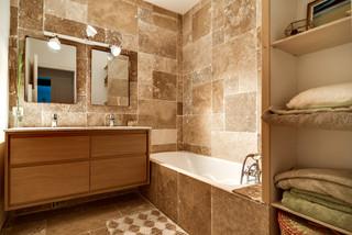 Salle de bain industrielle avec du carrelage en travertin ...