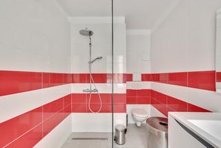 Salle De Bain Avec Une Douche A L Italienne Et Un Carrelage Rouge