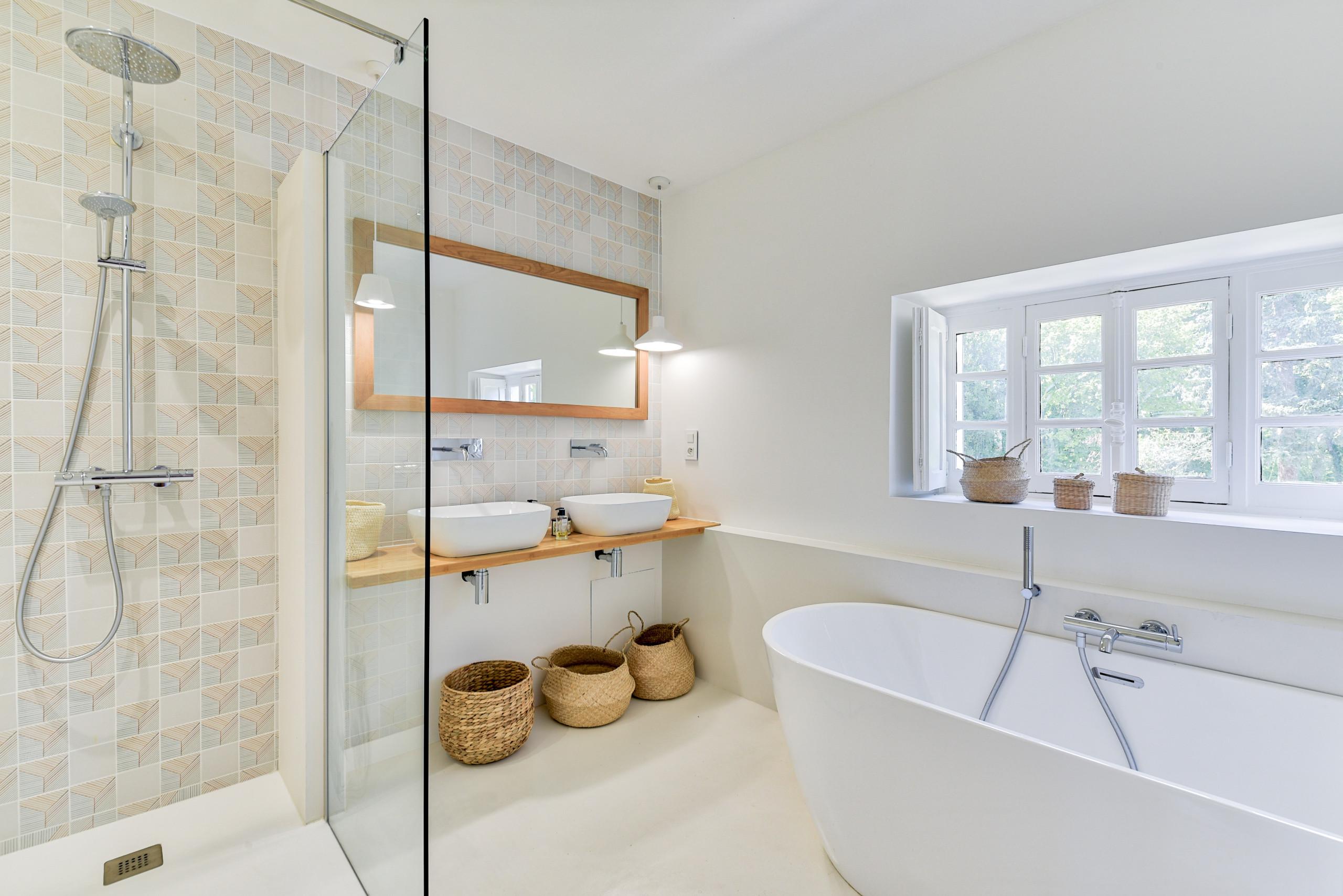 Rénovation d'un corps de ferme de 365 m2 - La salle de bain Master