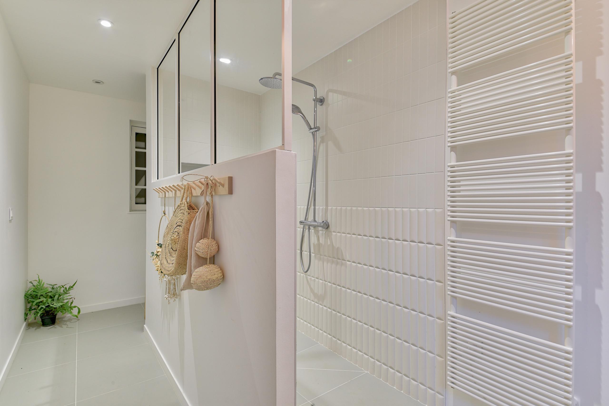 Rénovation d'un corps de ferme de 365 m2 - Salle de bain des enfants
