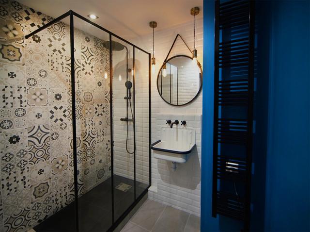 Jeu Graphique De Carrelage Du Grand Mur Douche Industrial Bathroom Paris By Tout Simplement Deco Houzz Au