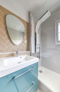 Salles de bains et WC avec un carrelage marron et un plan de ...